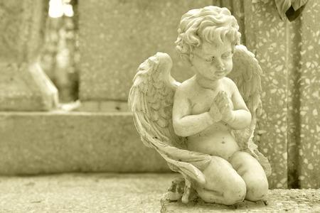 guardian angel: Monumento en una tumba con un peque�o �ngel rezando