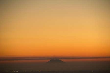 Tramonto sul mare con sagoma isola di Vulcano Stock Photo