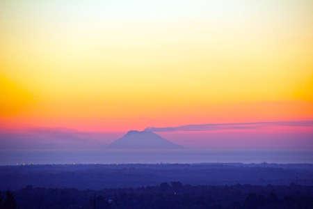 vulcano: Meraviglioso tramonto con vulcano  Stock Photo