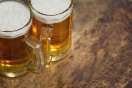 frio: Dos fr�a jarra de cerveza en la mesa de madera