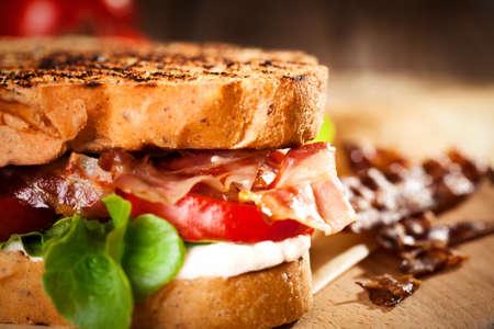 mayonesa: Sándwich BLT con el tomate y el tocino Foto de archivo
