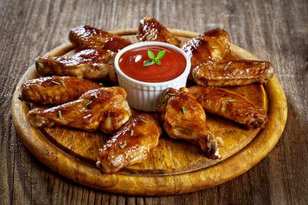 alitas de pollo: Buffalo Chicken Wings en plato de madera Foto de archivo