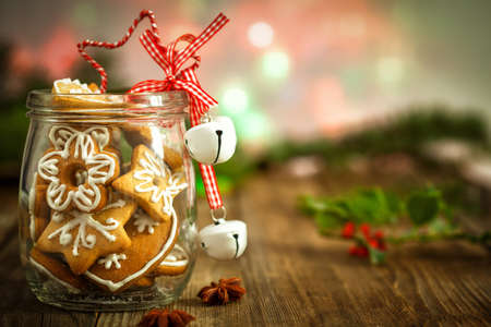 houx: Biscuits de No�l dans un bocal sur fond de bois avec le houx de No�l