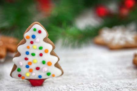 weihnachtskuchen: Gingerbread Christmas tree with snowflakes and copy space Lizenzfreie Bilder