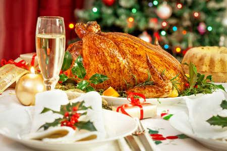 comida de navidad: Mesa de la cena de pavo de Navidad Foto de archivo