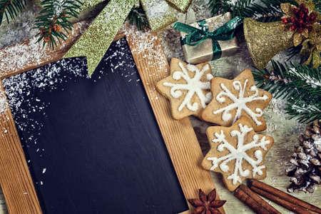 ジンジャーブレッドのクッキーとクリスマスの飾りガーランドします。 写真素材