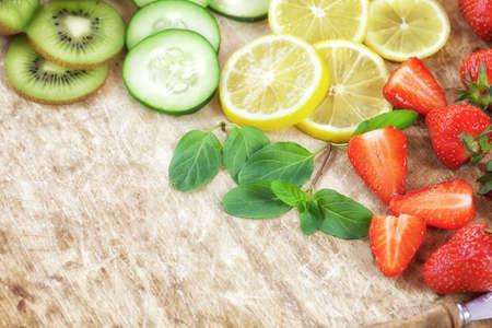 Angereichert Detox Fruchtwasser - Zutat auf Holztisch