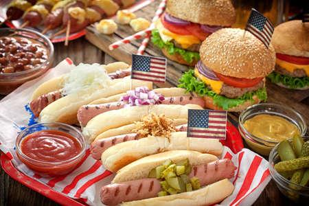 アメリカの休日のピクニック用のテーブル - 7 月 4 日 写真素材