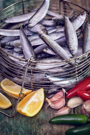 sardinas: sardinas frescas con ajo, limón y pimientos jalapeños Foto de archivo