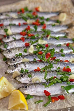 sardinas: Las sardinas frescas en la bandeja de horno