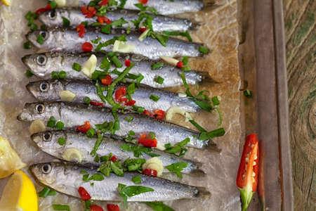 sardinas: sardinas frescas listas para asar