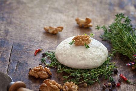 queso de cabra: Queso de cabra con tomillo y frutos secos Foto de archivo