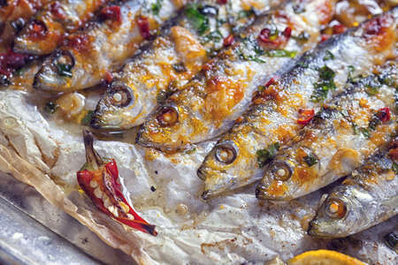 sardinas: sardinas a la plancha sobre una bandeja para hornear Foto de archivo