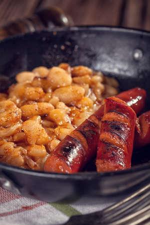 chorizos asados: Salchichas a la parrilla con frijoles