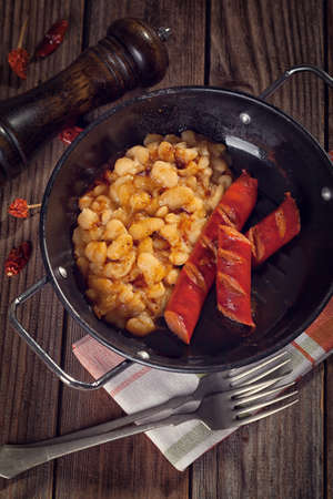 chorizos asados: Grilled sausages with beans