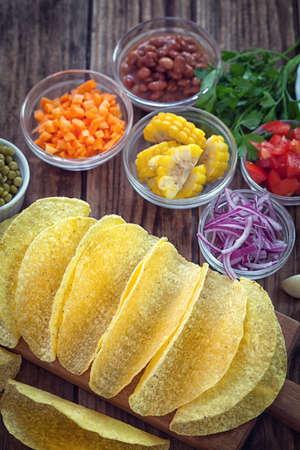 tortilla de maiz: tacos de tortilla de maíz mexicanos con los vehículos en el fondo de madera Foto de archivo