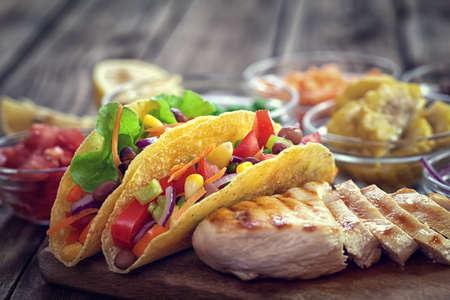 tortilla de maiz: tacos de tortilla de maíz mexicano con verduras y pollo a la parrilla en el fondo de madera