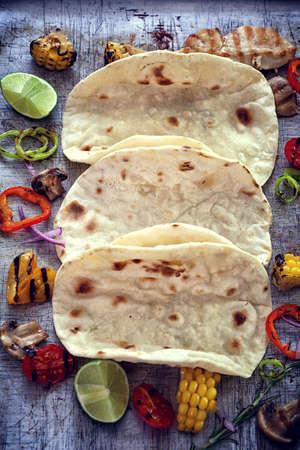 tortilla de maiz: Cáscaras vacías de tortilla de maíz con verduras Foto de archivo