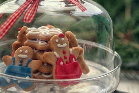 ガラス スタンドにクリスマスのジンジャーブレッドのクッキー