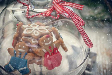 雪の結晶を付きガラス クリスマスのジンジャーブレッドのクッキー