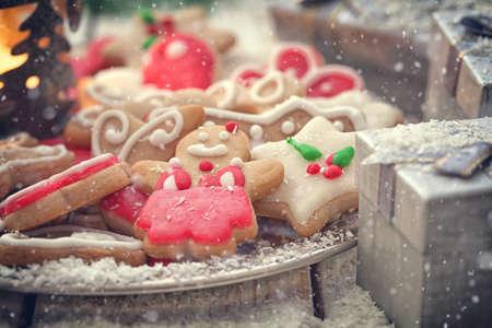 クリスマスのジンジャーブレッドのクッキーの装飾