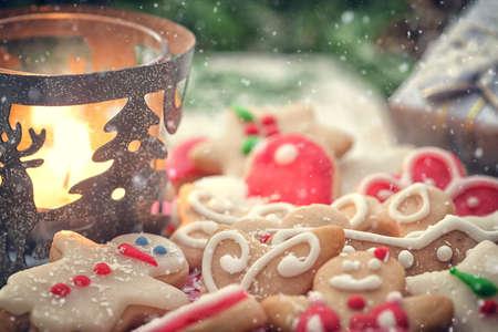 コピー スペースとクリスマスのジンジャーブレッド クッキーの装飾 写真素材