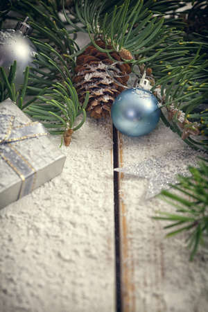 コピー スペースを持つ素朴な白い木製テーブルでクリスマス ガーランド