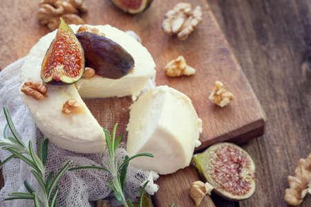 リコッタ チーズにスライスしたイチジクを熟した果物、ナッツ、蜂蜜