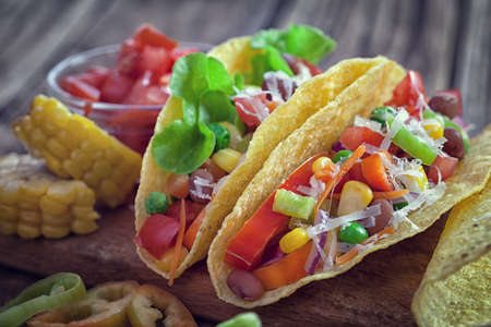 メキシコのトウモロコシのトルティーヤ タコス野菜