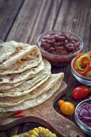 木製の背景に野菜とメキシコのトウモロコシのトルティーヤ タコス