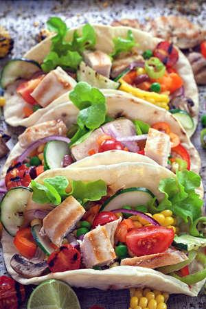 野菜と鶏肉のメキシコのトウモロコシのトルティーヤ タコス 写真素材