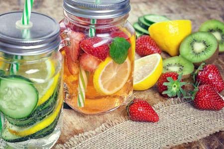 新鮮なイチゴ、レモン、キュウリ、キウイ、ミントと注入水 写真素材