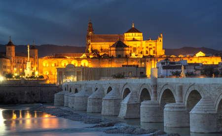 andalusien: Stadtansicht von Cordoba bei Sonnenuntergang mit r�mischen Br�cke und Mezquita, Andalusien, Spanien