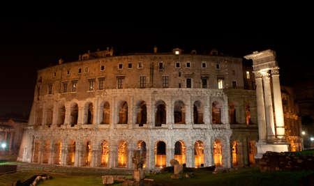 teatro antico: Antico teatro di Marcello, di notte, Roma, Italia Archivio Fotografico