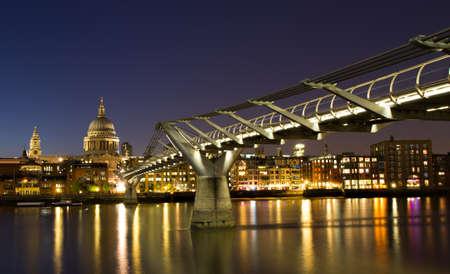 Skyline van Londen op het blauwe uur met Saint Pauluskathedraal, Engeland