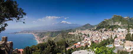 Panorama van Taormina met de Etna vulkaan, Sicilië, Italië Stockfoto