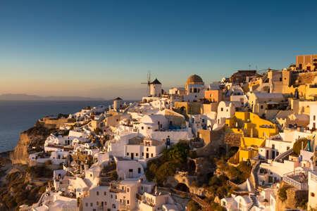 cycladic: Villaggio di Oia al tramonto delle Cicladi, Santorini, Grecia