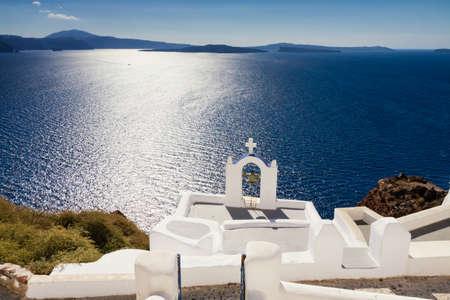 cycladic: Chiesa Cicladi del mare blu del Mediterraneo, Santorini, Cicladi, Grecia Archivio Fotografico