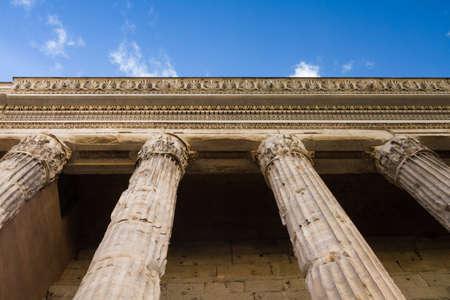 hadrian: Columnata del templo de Adriano, Roma, Italia