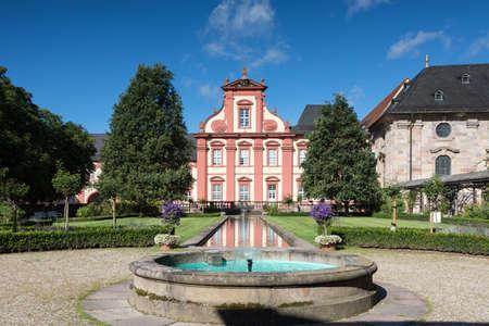 바로크 양식의 Domdechanei 연못, 풀다, 헤센, 독일에 반영 에디토리얼