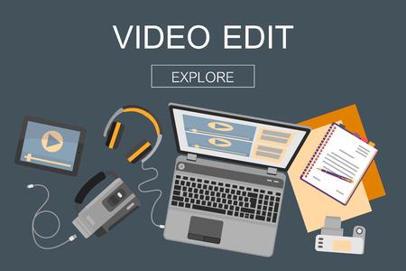 Vista dall'alto del posto di lavoro con dispositivi per la modifica video, tutorial e post produzione.