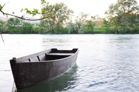 the boat on the river: Viejo barco de Remo en el r�o