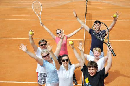 raqueta de tenis: Familia feliz en la cancha  Foto de archivo