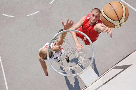 panier basketball: Deux joueurs de basket-ball sur le terrain Banque d'images