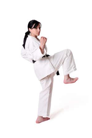 defensa personal: La mujer del karate posando sobre un fondo blanco