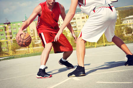 Two basketball players on the court Banque d'images