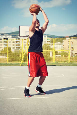 concentrate on: Jugador de baloncesto concentrado y prepar�ndose para disparar