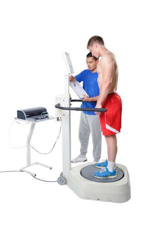 balanza de laboratorio: Deportes Cient�fico que hace la valoraci�n del equilibrio con equipo profesional. Tecnologia Moderna. Foto de archivo
