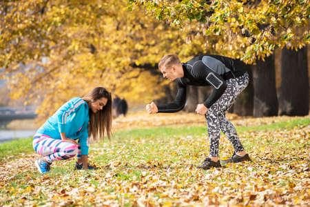 Un homme encourage sa femme à continuer. Belle femme se sent fatiguée. Environnement d'automne.