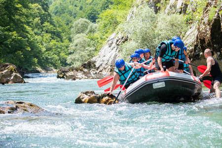 Squadra di rafting bloccata sul fiume Archivio Fotografico